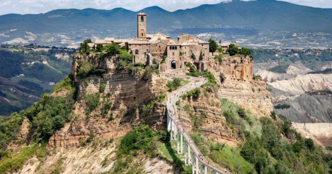 Panorama su Civita di Bagnoregio e la Valle dei Calanchi
