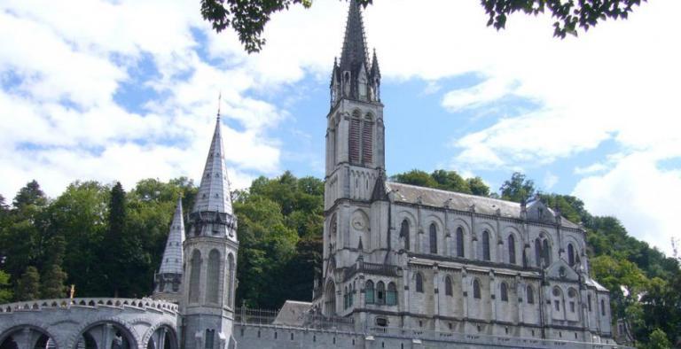 Lourdes in occasione del 162° anniversario delle apparizioni