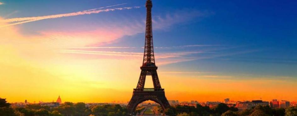 il cielo tramonta dietro la torre eiffel
