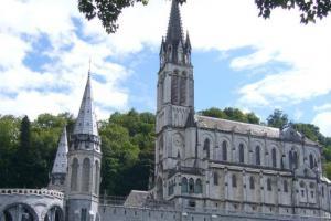 Lourdes in occasione del 163° anniversario delle apparizioni